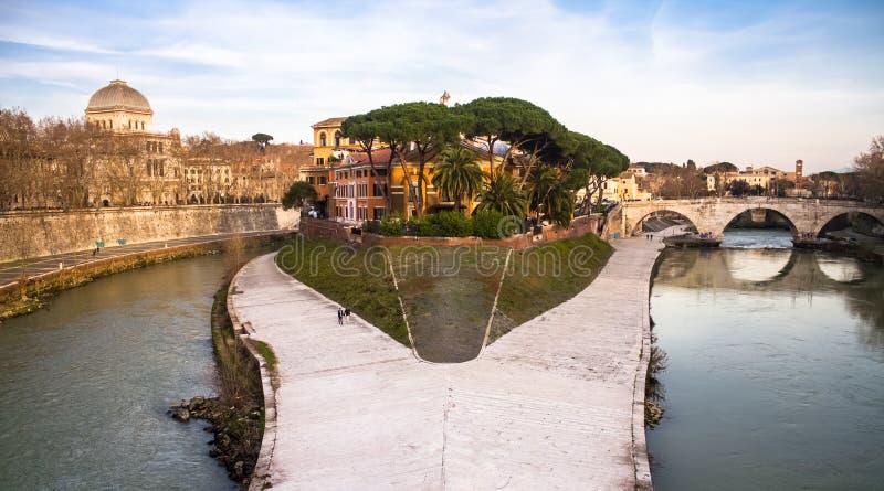 Sikt av den Tiber ön Isola Tiberina, Rome royaltyfri bild