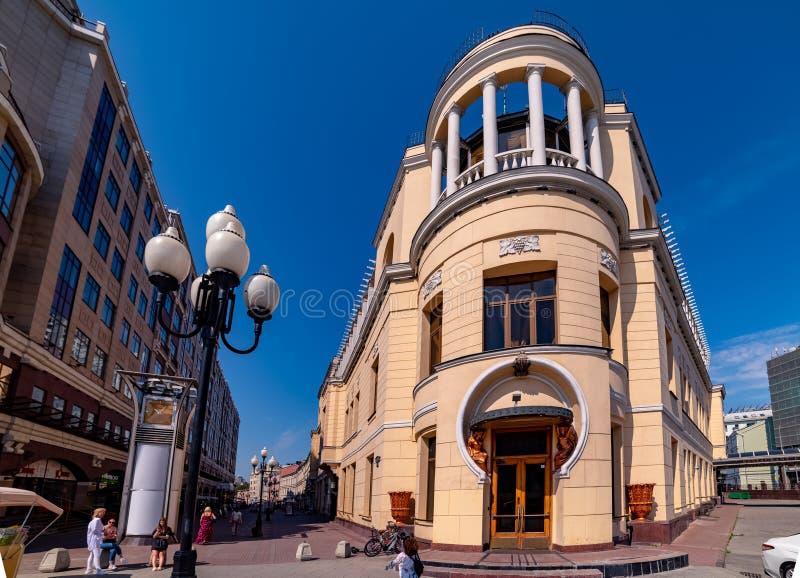 Sikt av den tidigare restaurangen 'Prague 'på genomskärningen av den gamla och nya Arbaten, i Moskva royaltyfri bild