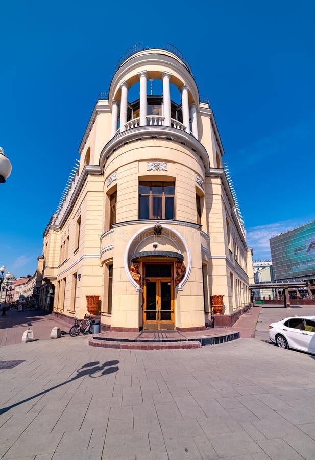 Sikt av den tidigare restaurangen 'Prague 'på genomskärningen av den gamla och nya Arbaten, i Moskva arkivfoto