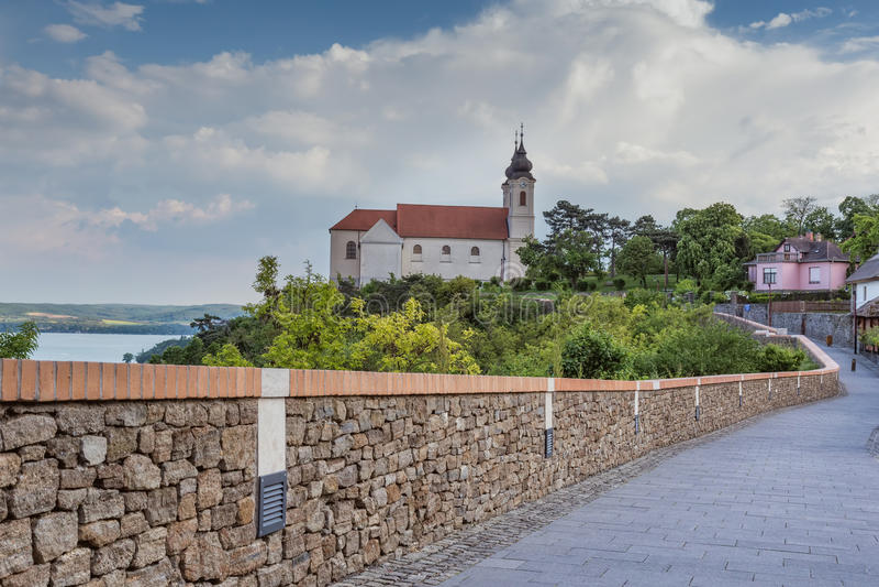 Sikt av den Tihany abbotskloster på sjön Balaton i Ungern royaltyfri foto