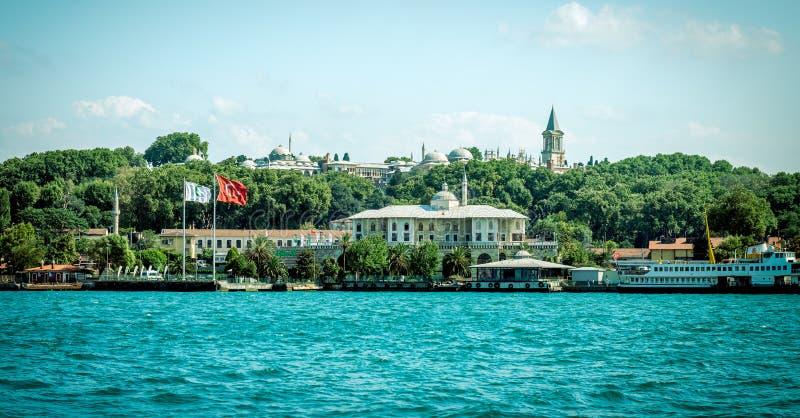 Sikt av den Topkapi slotten och Eminonu i Istanbul Retro stilphot royaltyfri bild