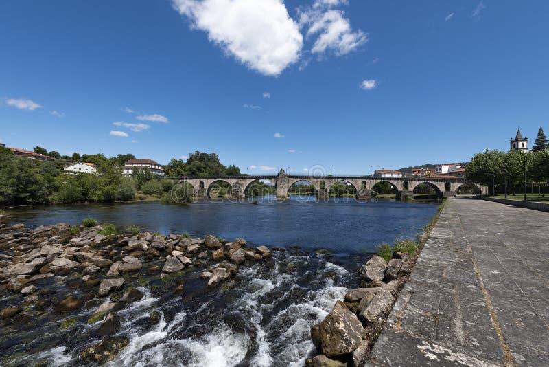 Sikt av den traditionella byn av Ponte da Barca i den Minho regionen av Portugal fotografering för bildbyråer