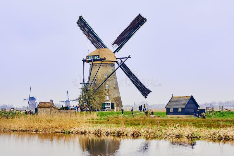 Sikt av den traditionella 18th århundradeväderkvarnar och vattenkanalen i Kinderdijk, Holland, Nederländerna arkivfoton