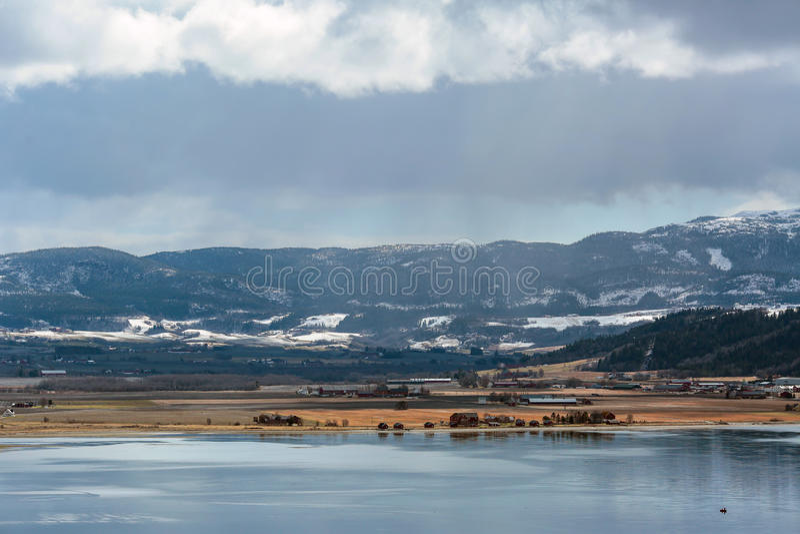 Sikt av den Trondheim fjorden och stranden Øysanden arkivfoton