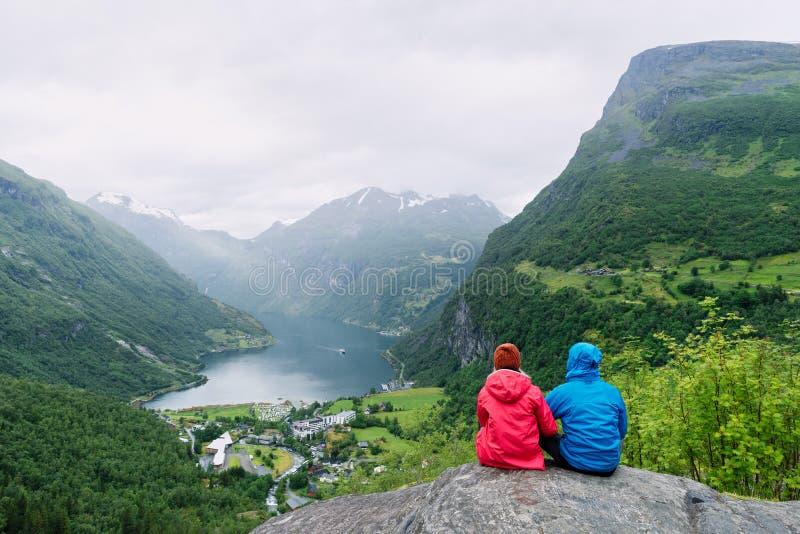 Sikt av den turist- byn Geiranger, Norge royaltyfri foto