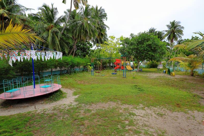 Sikt av den utomhus- lekplatsen på den Maldive ön Danghethi Gröna tropiska träd på bakgrund fotografering för bildbyråer