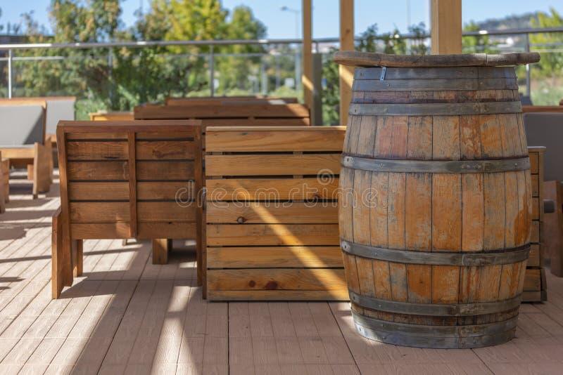 Sikt av den utomhus- stångterrassen, lantligt trä, trätrummor royaltyfri foto