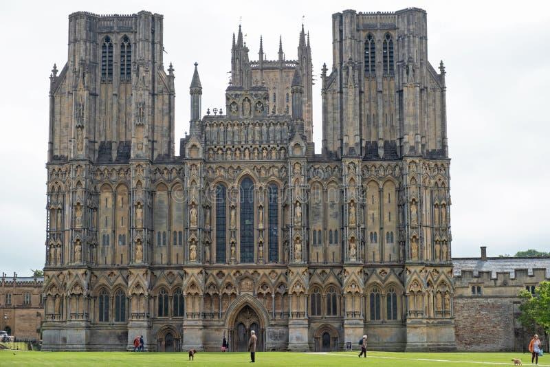 Sikt av den västra framdelen av brunndomkyrkan i Somerset, England arkivfoton