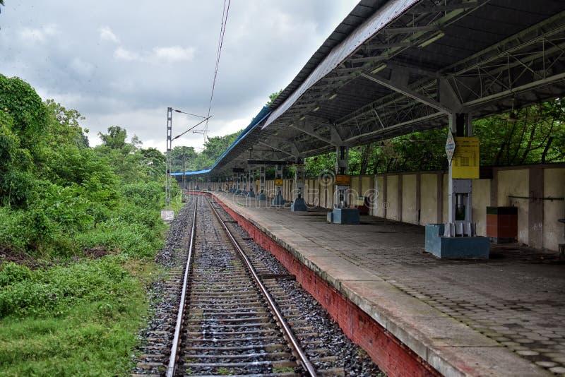 Sikt av den vakanta järnvägsstationen, västra Bengal, Indien royaltyfri fotografi