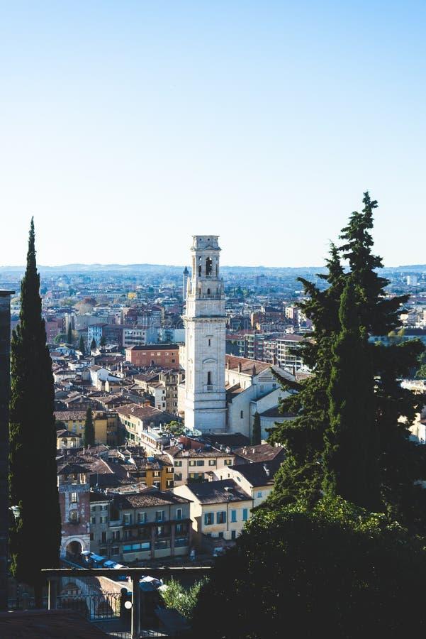 Sikt av den Verona staden i Italien, panorama- foto i högt format Stadslandskap med gamla hus och byggnadstak royaltyfri bild