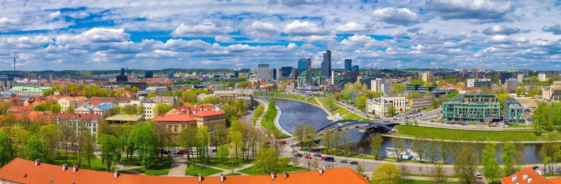 Sikt av den Vilnius gammal stadcityscape och floden lithuania royaltyfri foto
