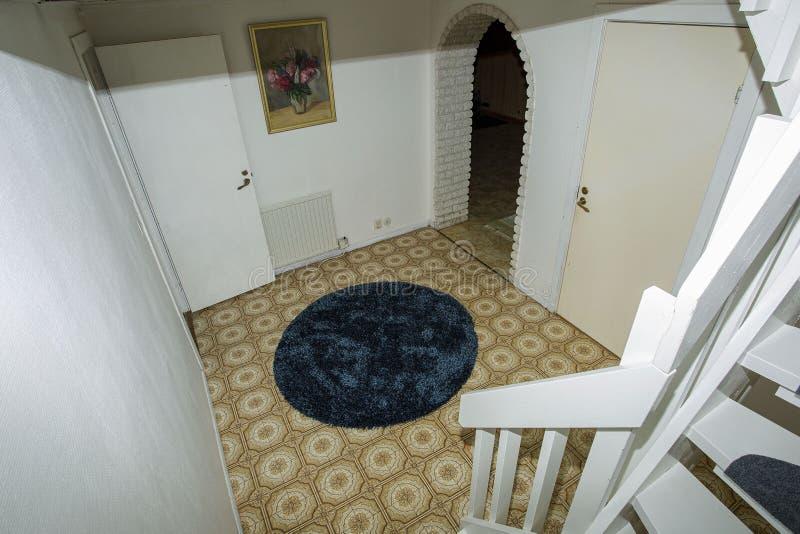 Sikt av den vita trappan som leder till källaren med vita väggar royaltyfri fotografi