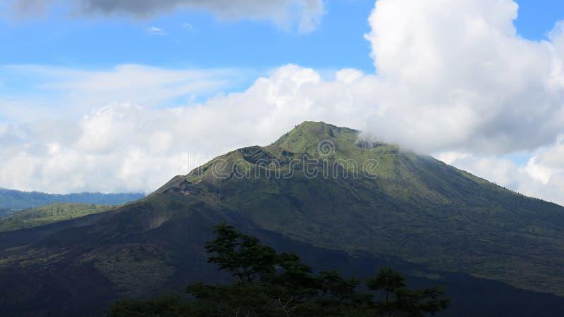 Sikt av den vulkaniska calderaen av Batur, i den Kintamani bergregionen royaltyfri foto