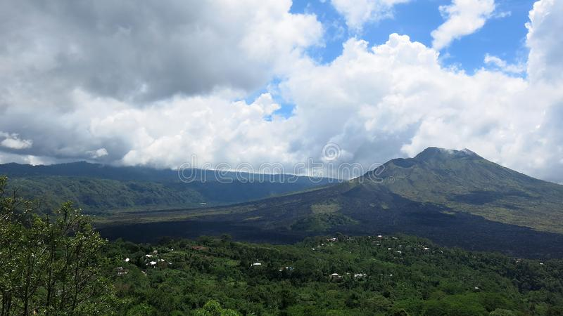 Sikt av den vulkaniska calderaen av Batur, i den Kintamani bergregionen royaltyfria bilder