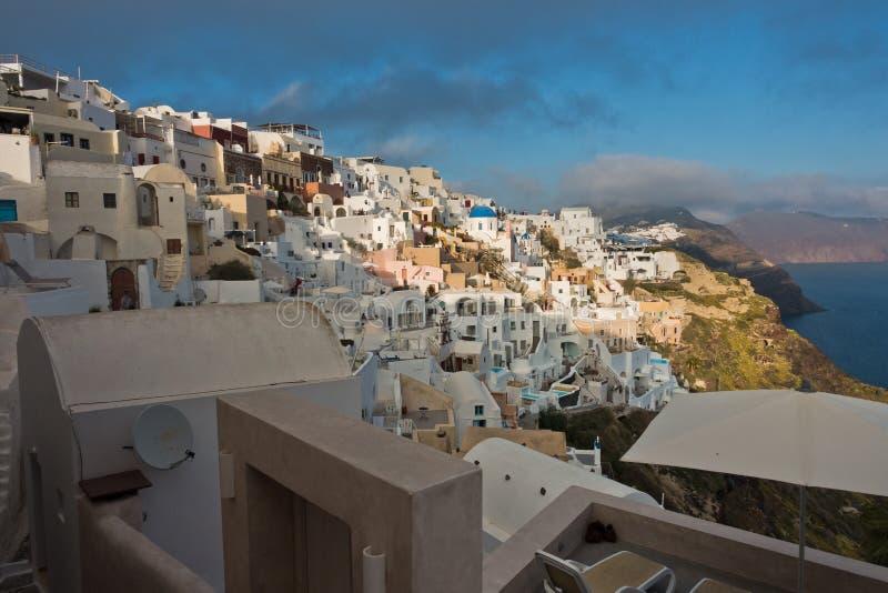 Sikt av den vulkaniska klippan för Caldera på solnedgången, Imerovigli by, Santorini ö royaltyfria bilder