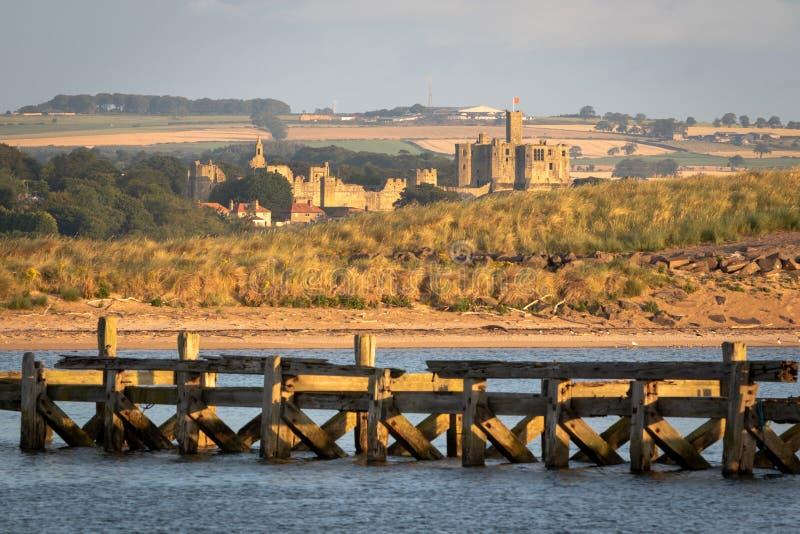Sikt av den Warkworth slotten från ett avstånd i ottan n fotografering för bildbyråer