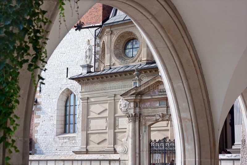 Sikt av den Wawel domkyrkan inom den Wawel slotten i staden av Krakow royaltyfria foton