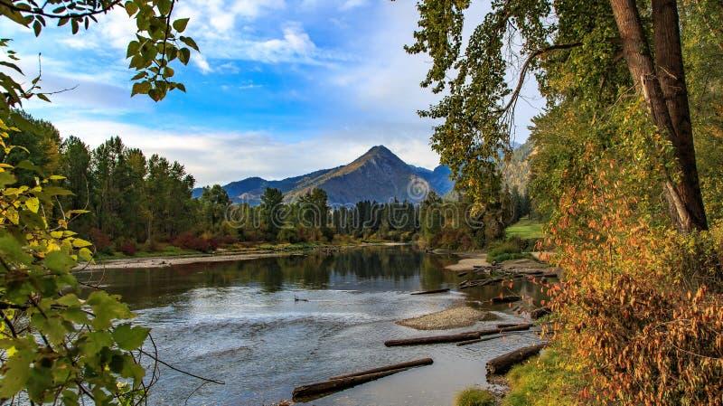 Sikt av den Wenatchee bergskedjan och floden i Leavenworth Washington arkivbild