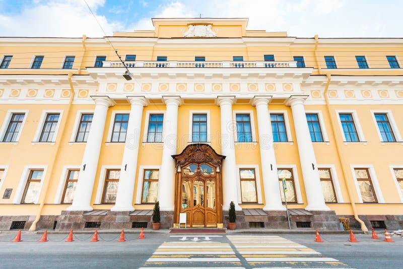 Sikt av den Yusupov slotten på Moyka flodinvallning royaltyfria foton