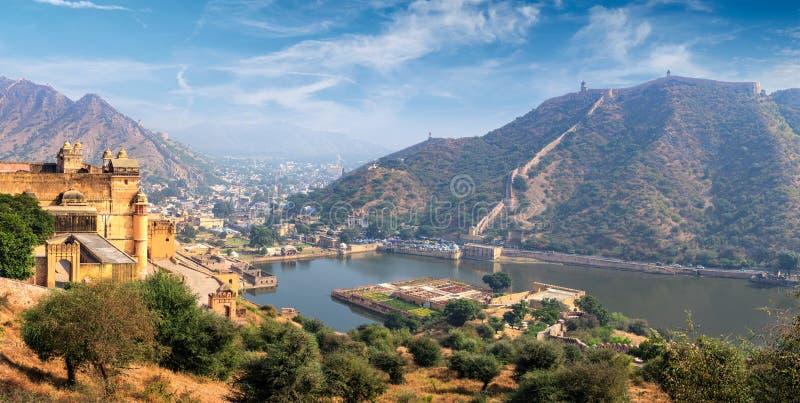Sikt av det Amer Amber fortet och Maota sjön, Rajasthan, Indien royaltyfria bilder