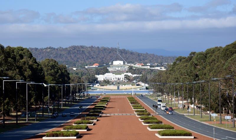 Sikt av det Anzac Parade och parlamenthuset i Canberra, Australien arkivfoto