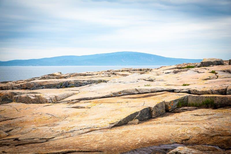 Sikt av det Cadillac berget från Schoodic punkt i Acadianationalparken, Maine, USA arkivfoto