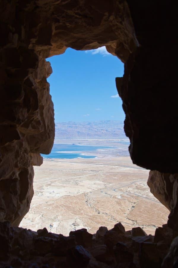 Sikt av det döda havet från den Masada fästningen i den Judean öknen, Israel royaltyfri foto