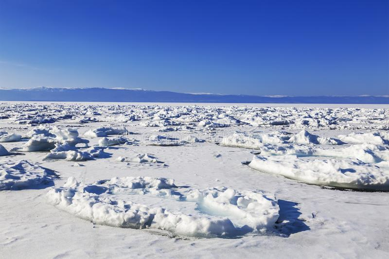 Sikt av det djupfrysta Laket Baikal på en solig dag Irkutsk region royaltyfri foto