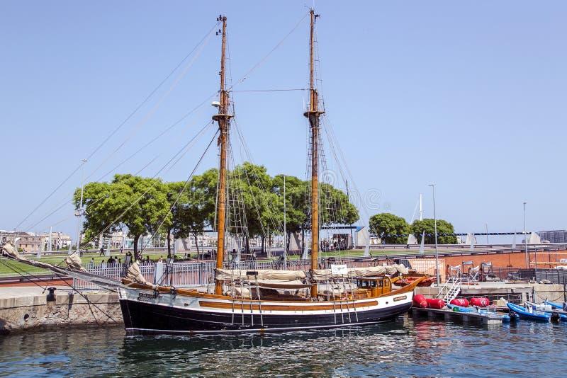 Sikt av det forntida seglingskeppet på portOS:en royaltyfri foto