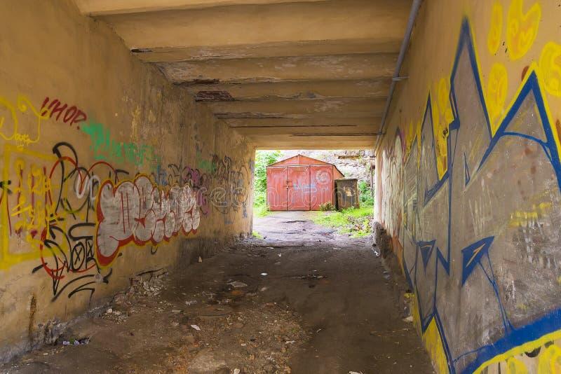 Sikt av det gamla järngaraget till och med en smutsig körbana av en aband royaltyfri foto