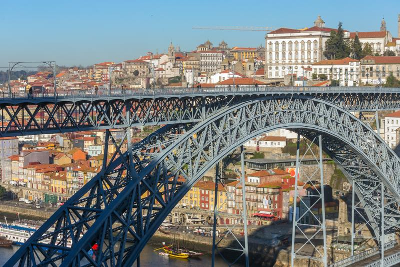 Sikt av det historiska centret med den berömda ponteDom Luiz bron i Porto arkivfoto