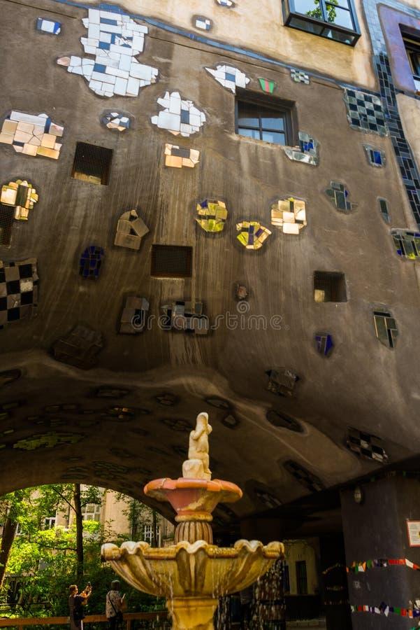 Sikt av det Hundertwasser huset i Wien, ?sterrike Det Hundertwasserhaus lägenhethuset är den berömda dragningen Wien, Österrike royaltyfria bilder