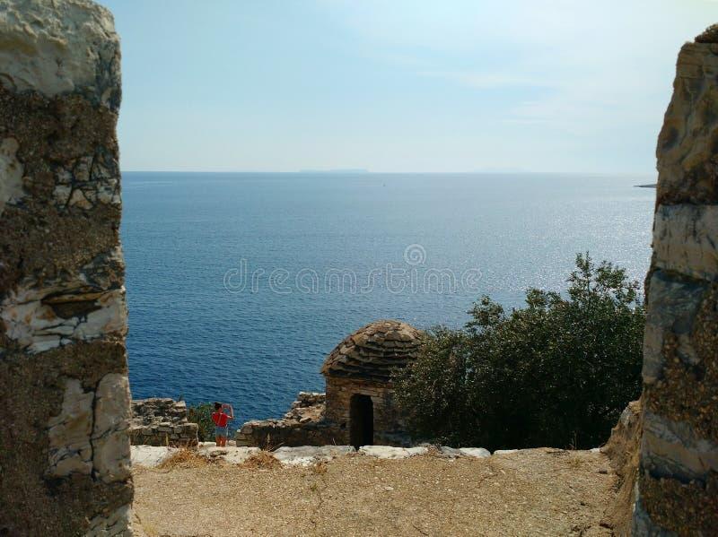 Sikt av det Ionian havet från den Porto Palermo slotten arkivfoton