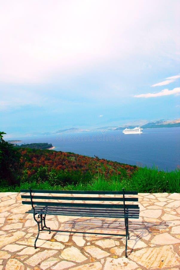 Sikt av det Ionian havet och en bänk