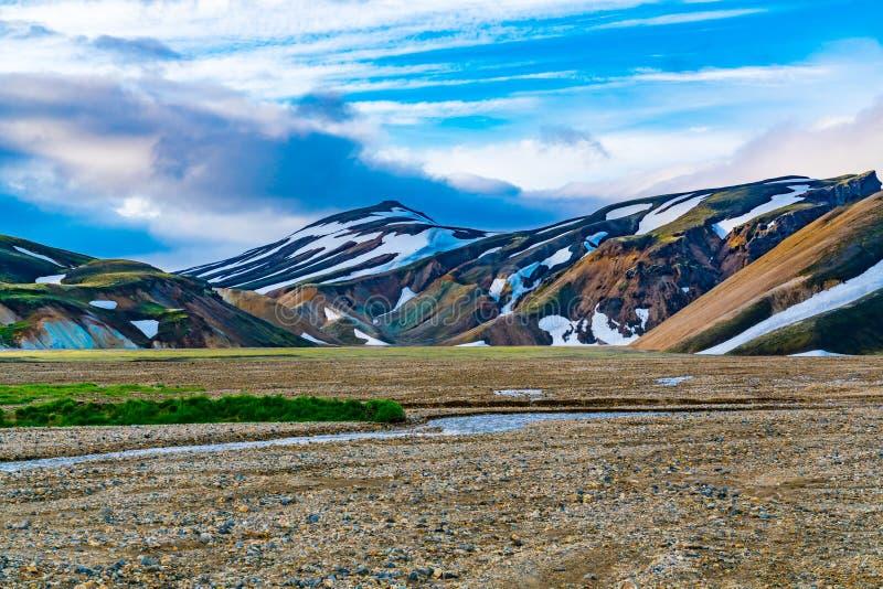 Sikt av det isländska landskapet av berget på Landmannalaugar royaltyfri bild