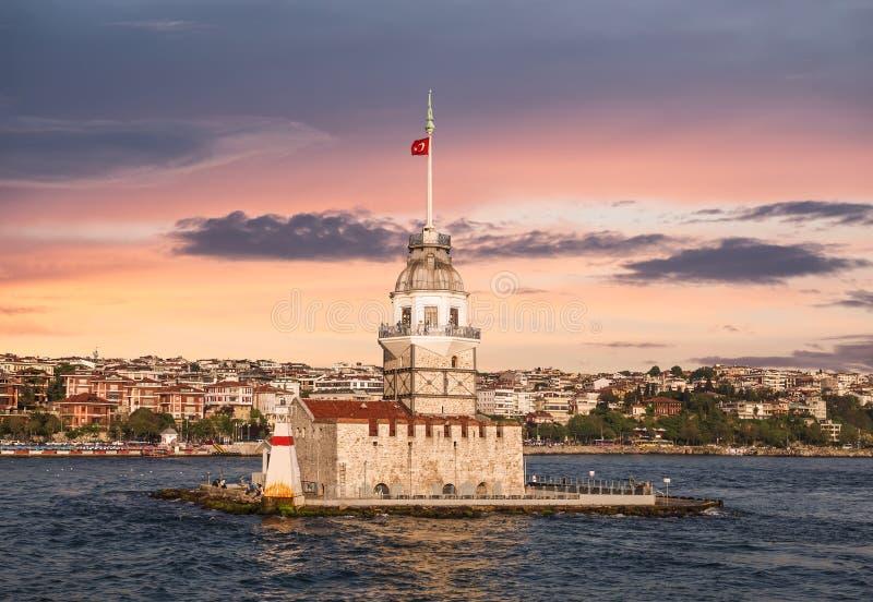 Sikt av det jungfru- tornet på solnedgången, Istanbul, royaltyfri foto