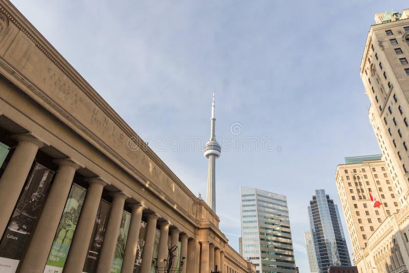 Sikt av det kanadensiska nationella tornCN-tornet som ses från facklig station i Toronto, Ontario royaltyfria bilder
