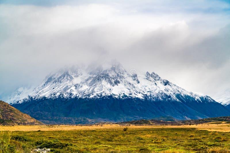 Sikt av det korkade berget för härlig snö i den Torres del Paine nationalparken i chilensk Patagonia royaltyfria bilder