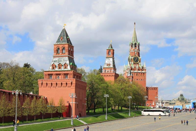 Sikt av det KremlSpasskaya tornet och den röda fyrkanten i Moskva Ryssland royaltyfri bild