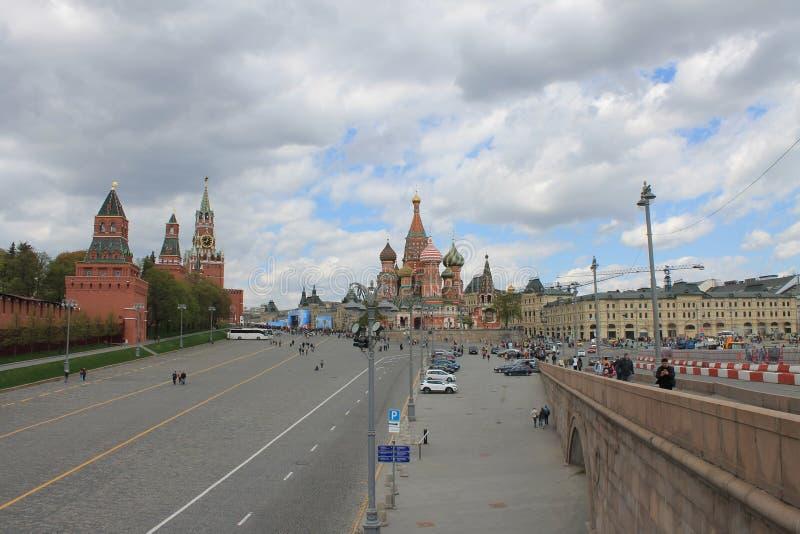 Sikt av det KremlSpasskaya tornet och den r?da fyrkanten i Moskva Ryssland arkivbild