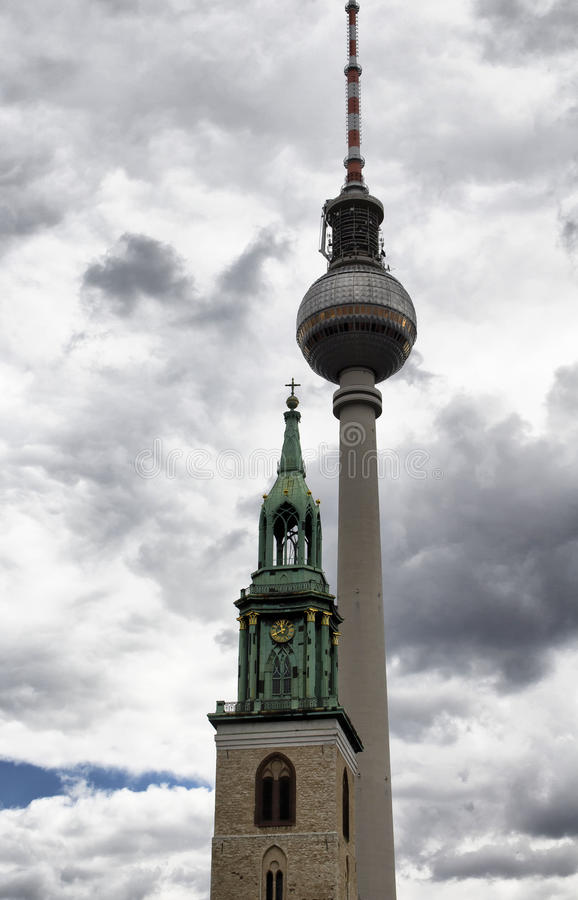 Sikt av det kyrkliga tornet framme av televisiontornet royaltyfria bilder