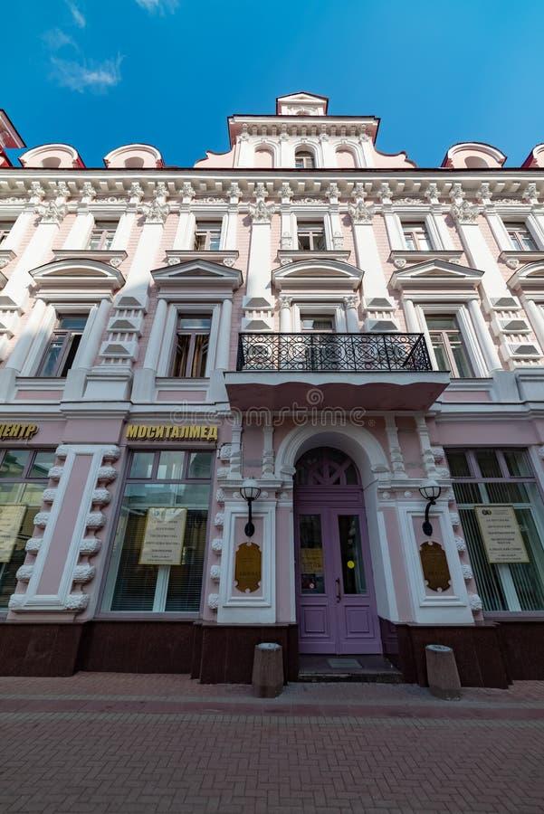 Sikt av det lönande huset av S Skvortsov Arbat är en av de äldsta gatorna i Moskva royaltyfria bilder