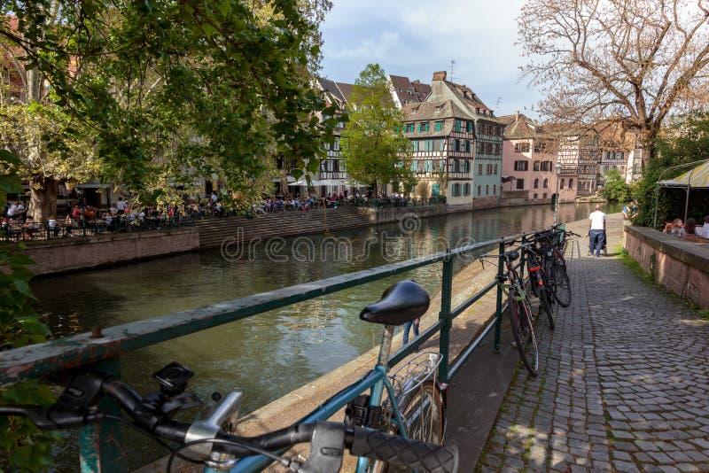 Sikt av det liten och nätt Frankrike för la området i Strasbourg arkivfoto