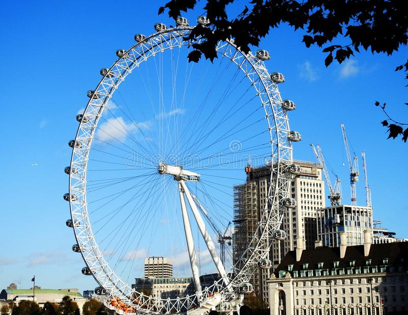 Sikt av det London ögat UK från den Westminster banken i November 2017 royaltyfri bild