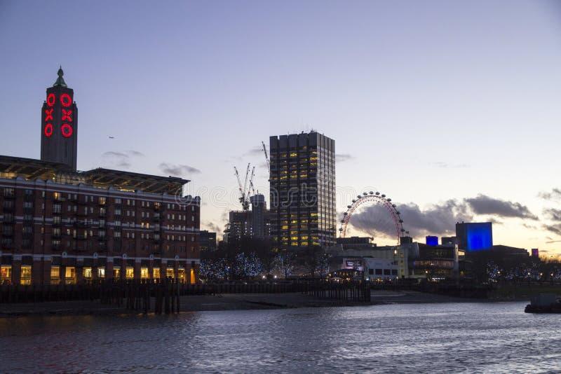 Sikt av det London Eye milleniumhjulet och OXO tornet på Southbanken av flodThemsen, London, fotografering för bildbyråer