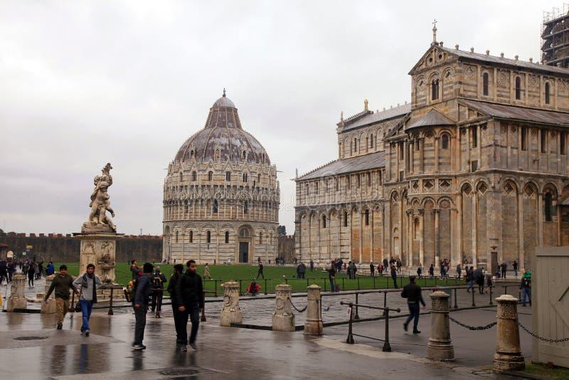 Sikt av det lutande tornet av Pisa, baptisteryen och domkyrkan fotografering för bildbyråer