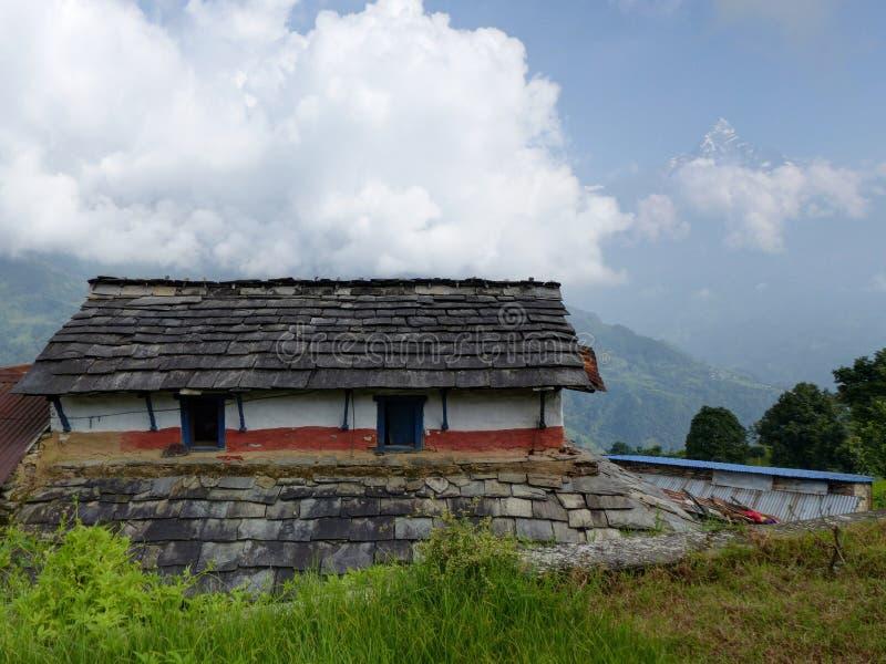 Sikt av det Machhapuchhre berget från den Dhampus byn i Nepal royaltyfri fotografi