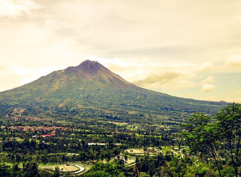 Sikt av det Merapi berget som ses från det Ketep passerandet, Magelang, Indonesien arkivbilder