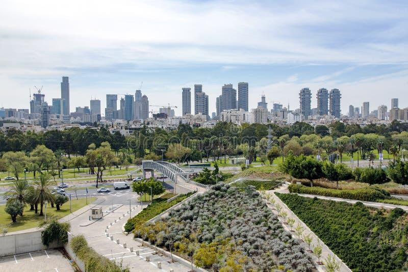 Sikt av det moderna flervånings- Telet Aviv arkivfoton