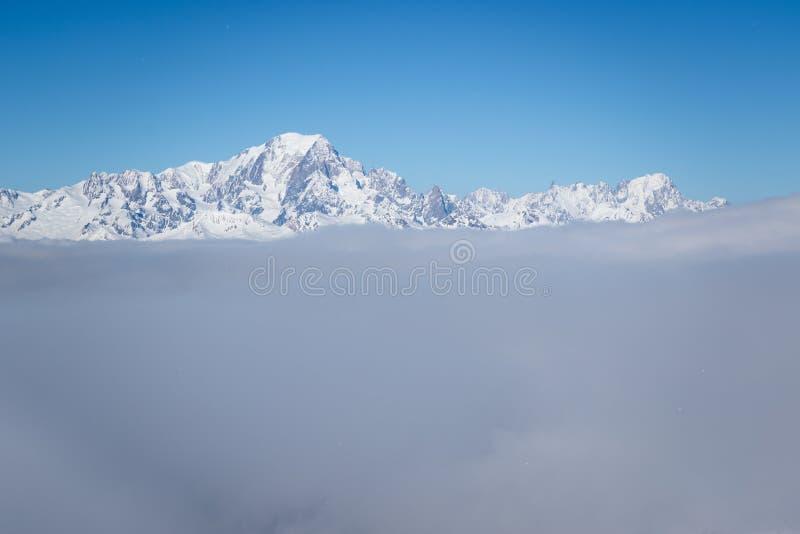 Sikt av det Mont Blanc berget ovanför moln från den Roche de Mio stationen i La Plagne, franska savojkålfjällängar Sceniskt lands arkivfoton